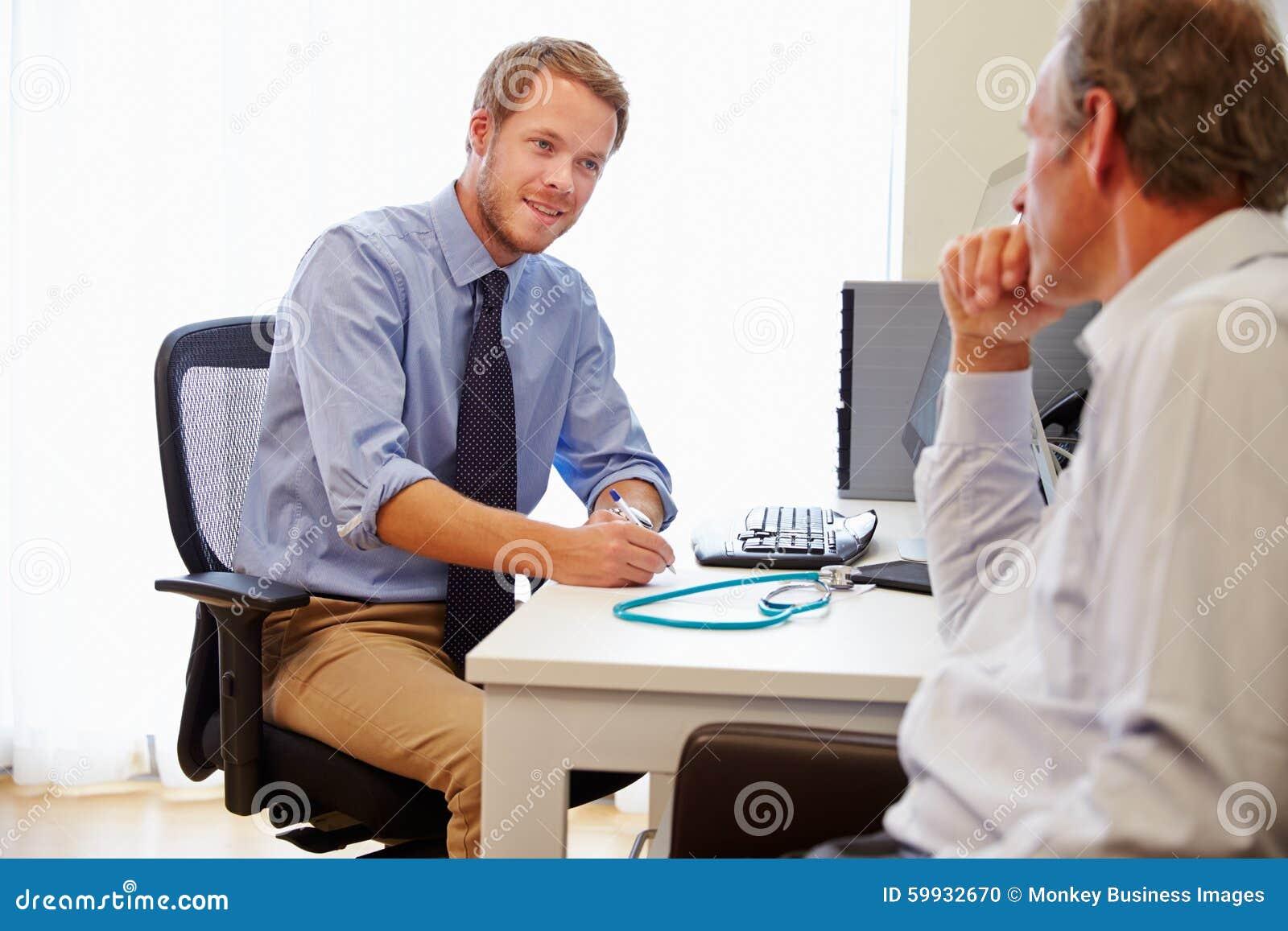 Patient masculin ayant la consultation avec docteur In Office