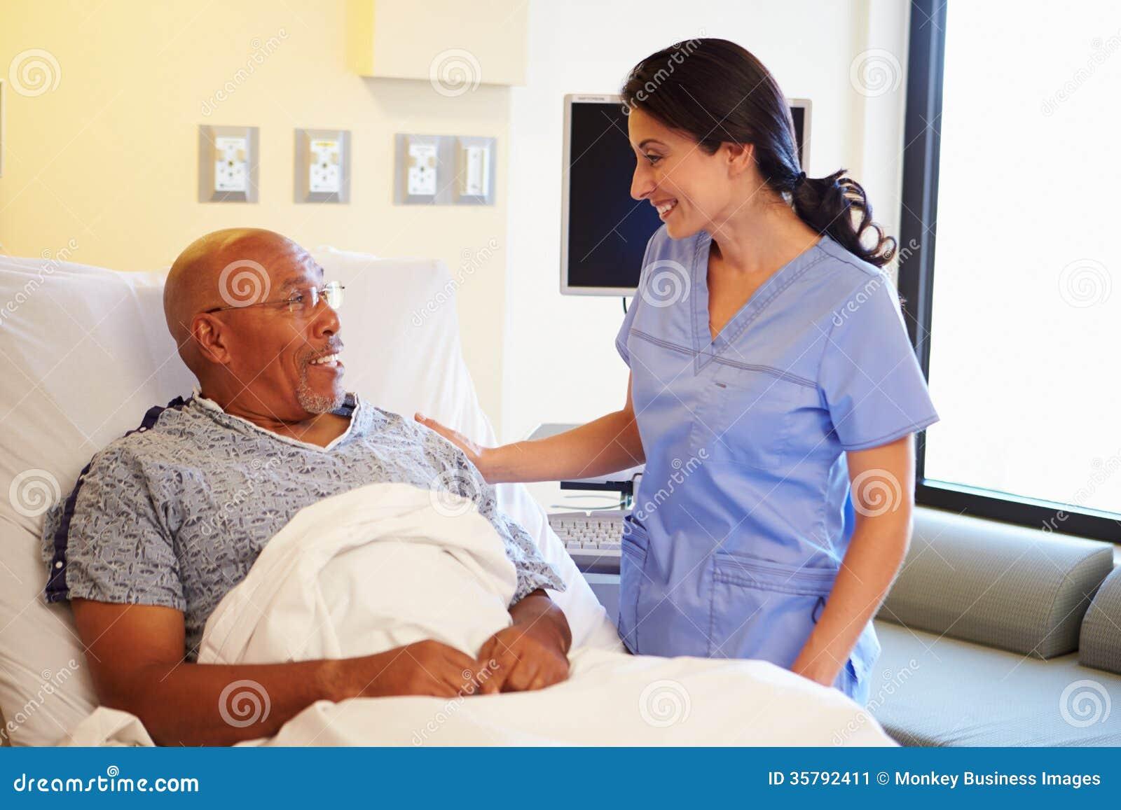 Patient masculin de talking to senior d 39 infirmi re dans la for La chambre 13 hopital