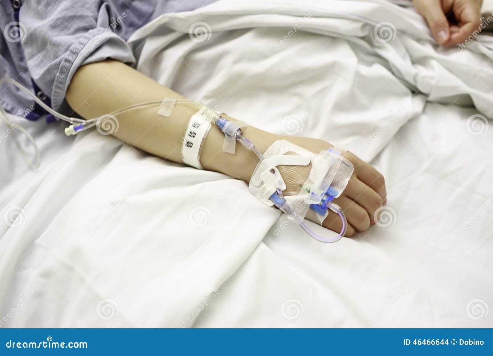 Patient Mit Iv Linien Im Krankenhaus Bett Stockfoto Bild