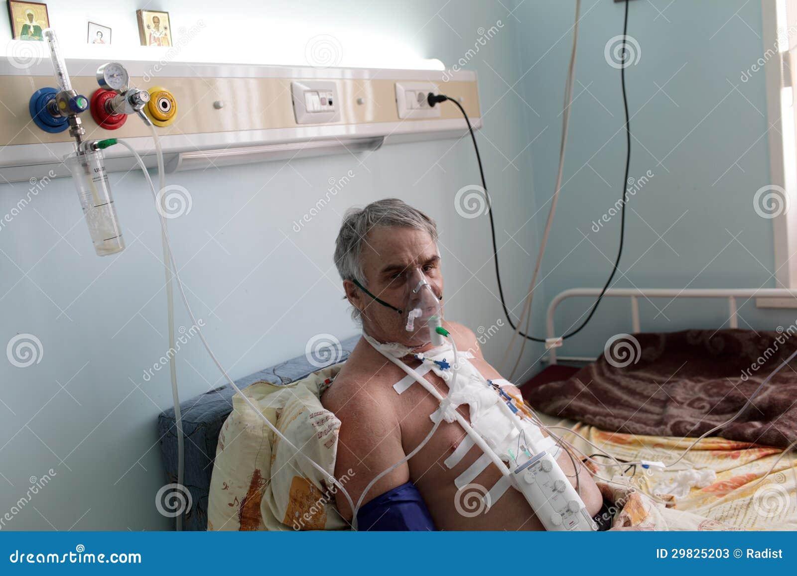 Patient présentant le masque à oxygène