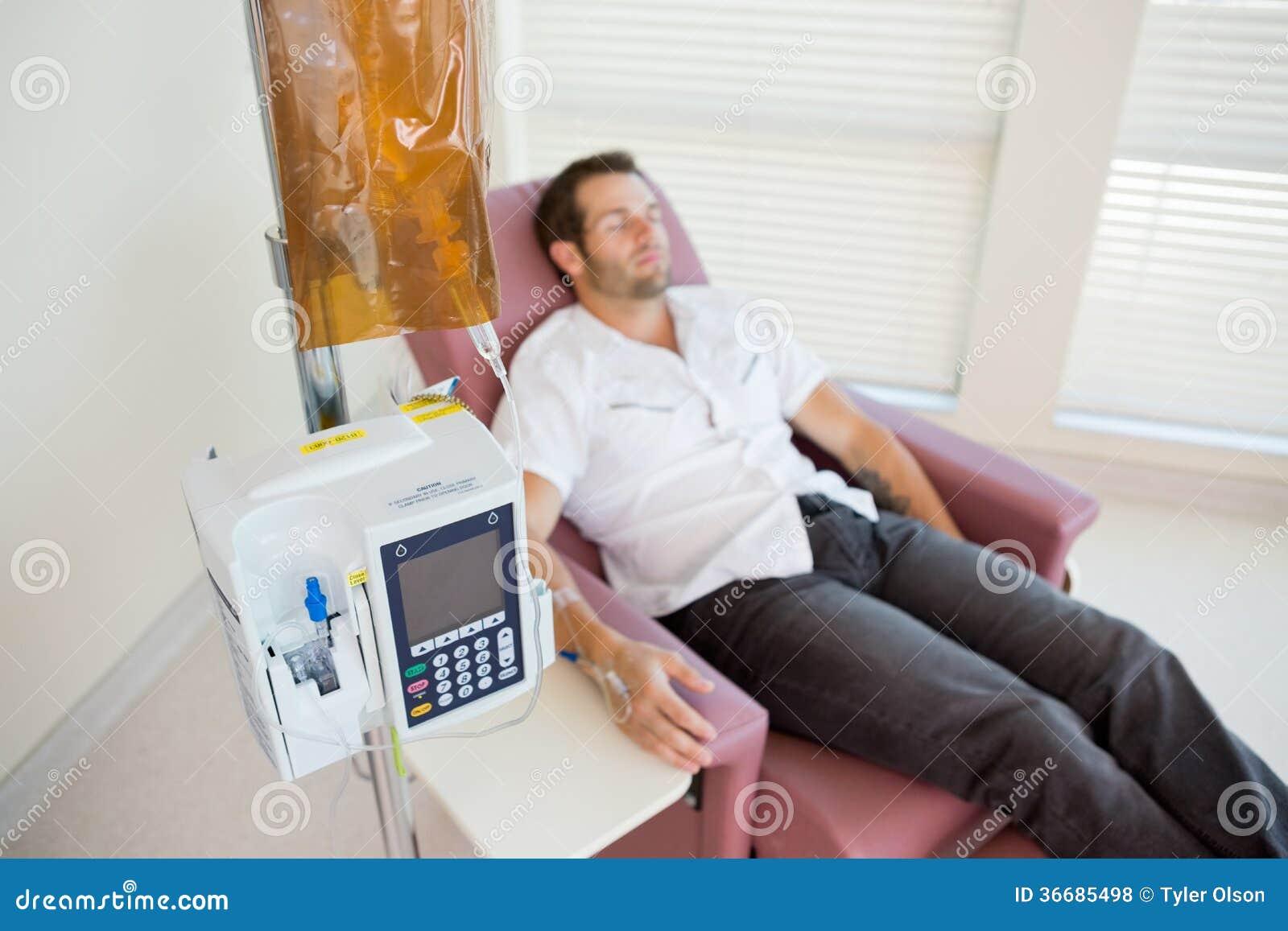 Patient recevant la chimiothérapie par IV l égouttement