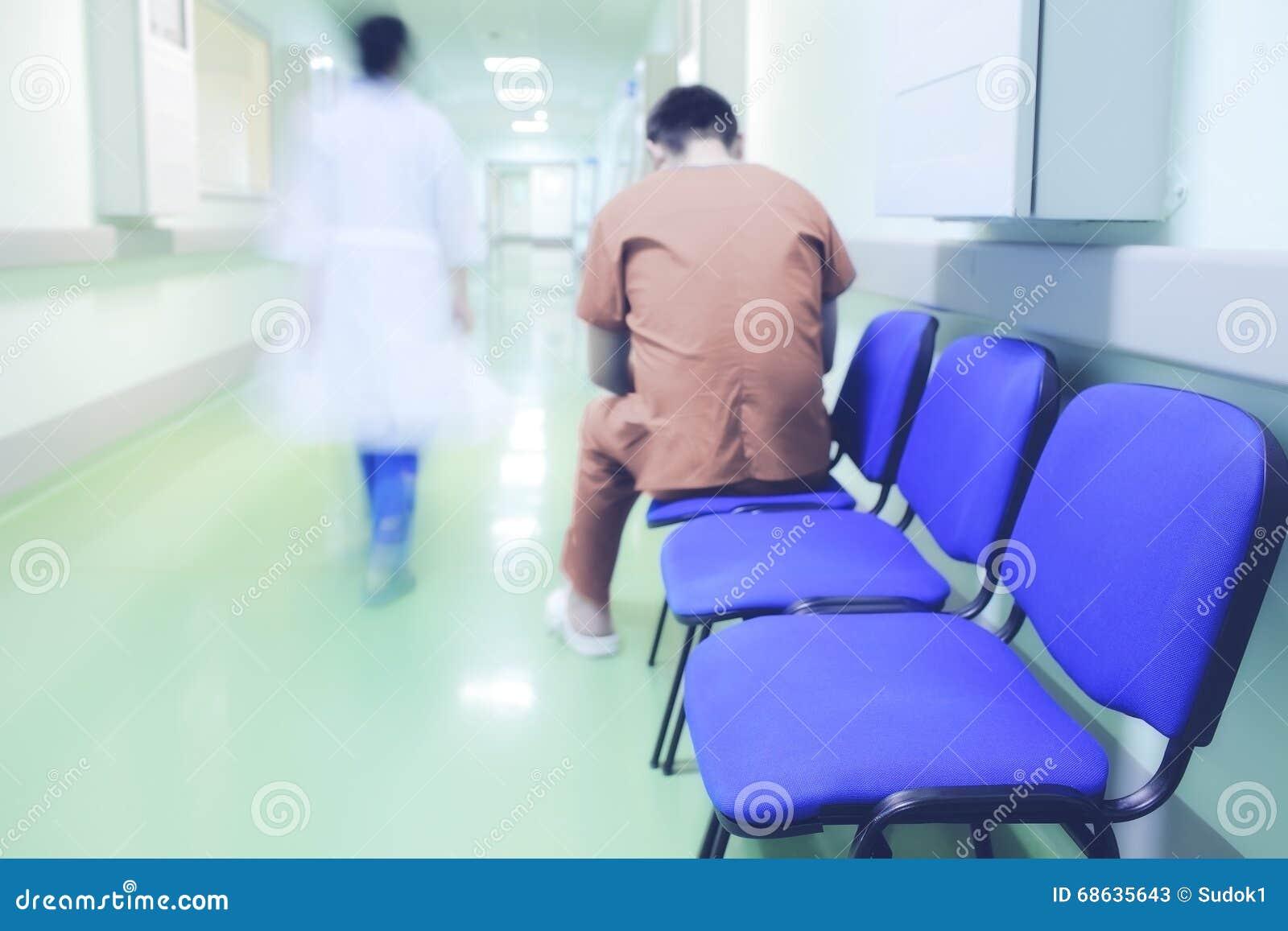 Patient seul dans le couloir d hôpital