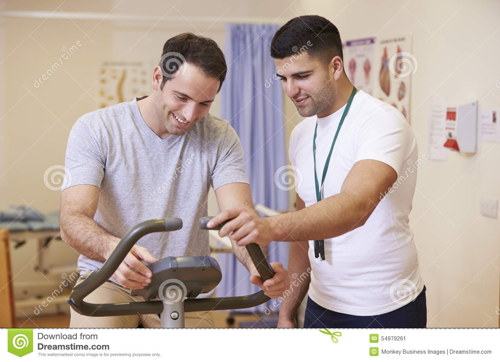 Patient som har sjukgymnastik på motionscykelen i sjukhus