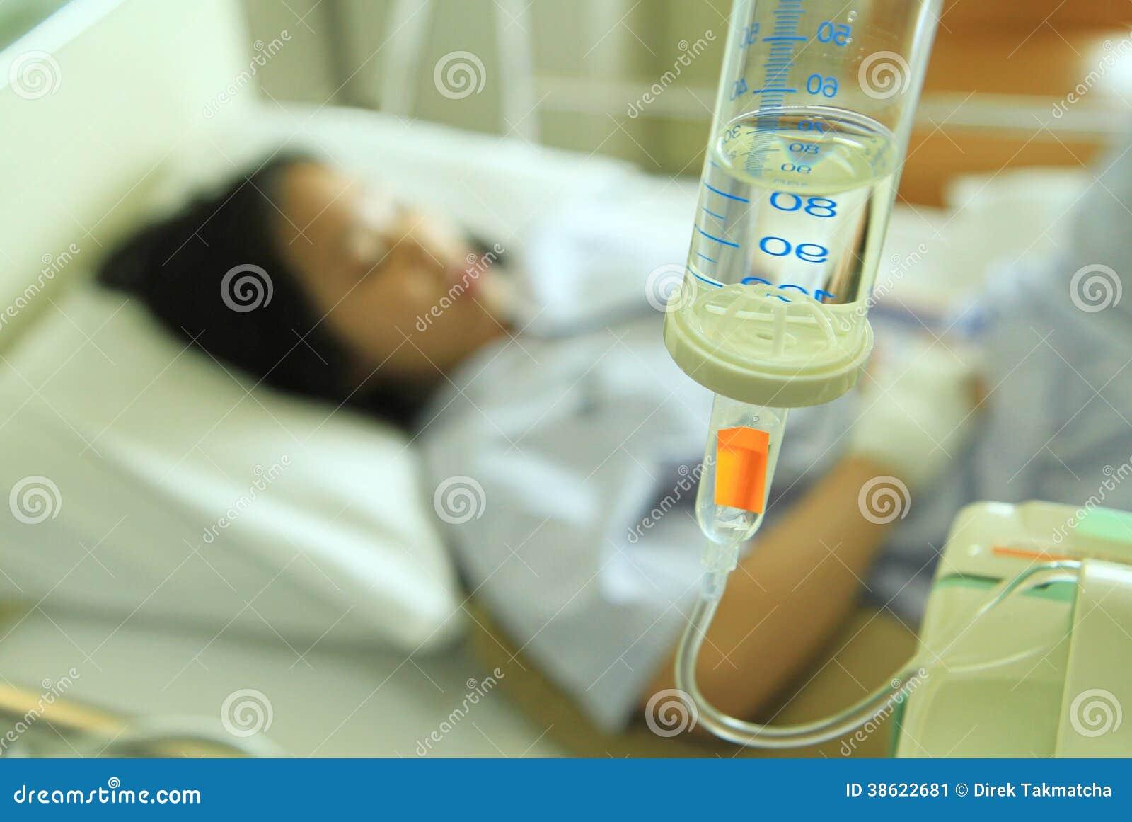 patiente de femme sur le lit d 39 h pital image stock image du b ti enfant 38622681. Black Bedroom Furniture Sets. Home Design Ideas