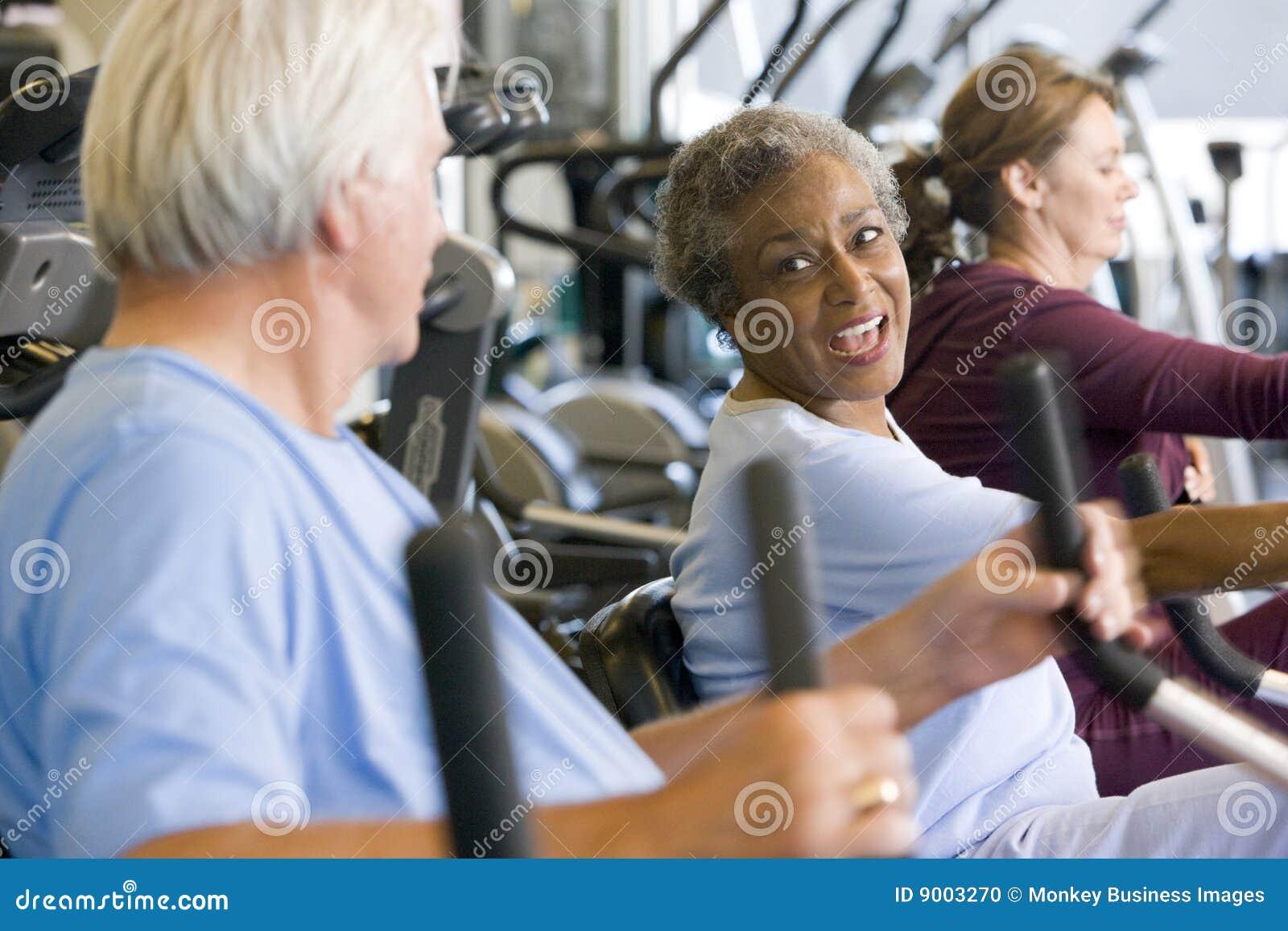 Patienten, die in der Gymnastik ausarbeiten