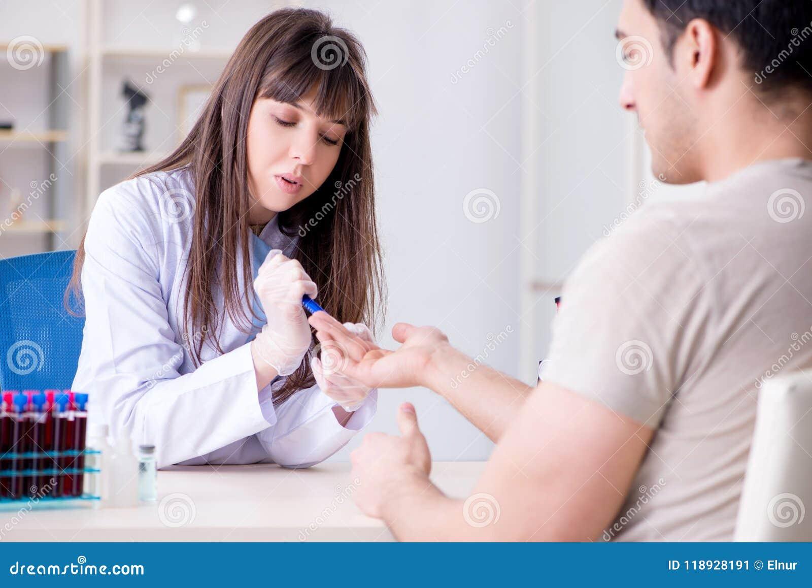 Patienten under tillvägagångssättet för provtagning för blodprov som tas för analys