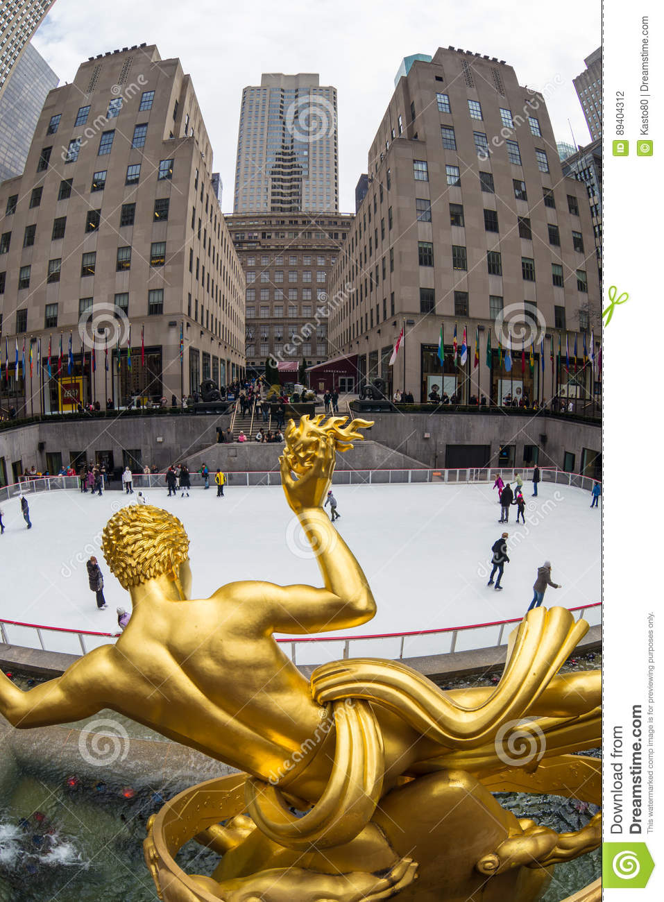 Patim a estátua do PROMETHEUS e de gelo Center dourados de Rockefeller rink, Manhattan, New York City, EUA