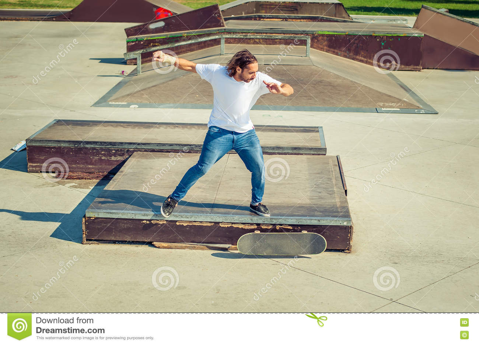 Patin d équitation de jeune homme au parc et à la chute vers le bas