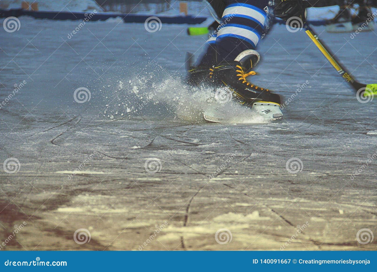Patinador del hockey sobre hielo en pista