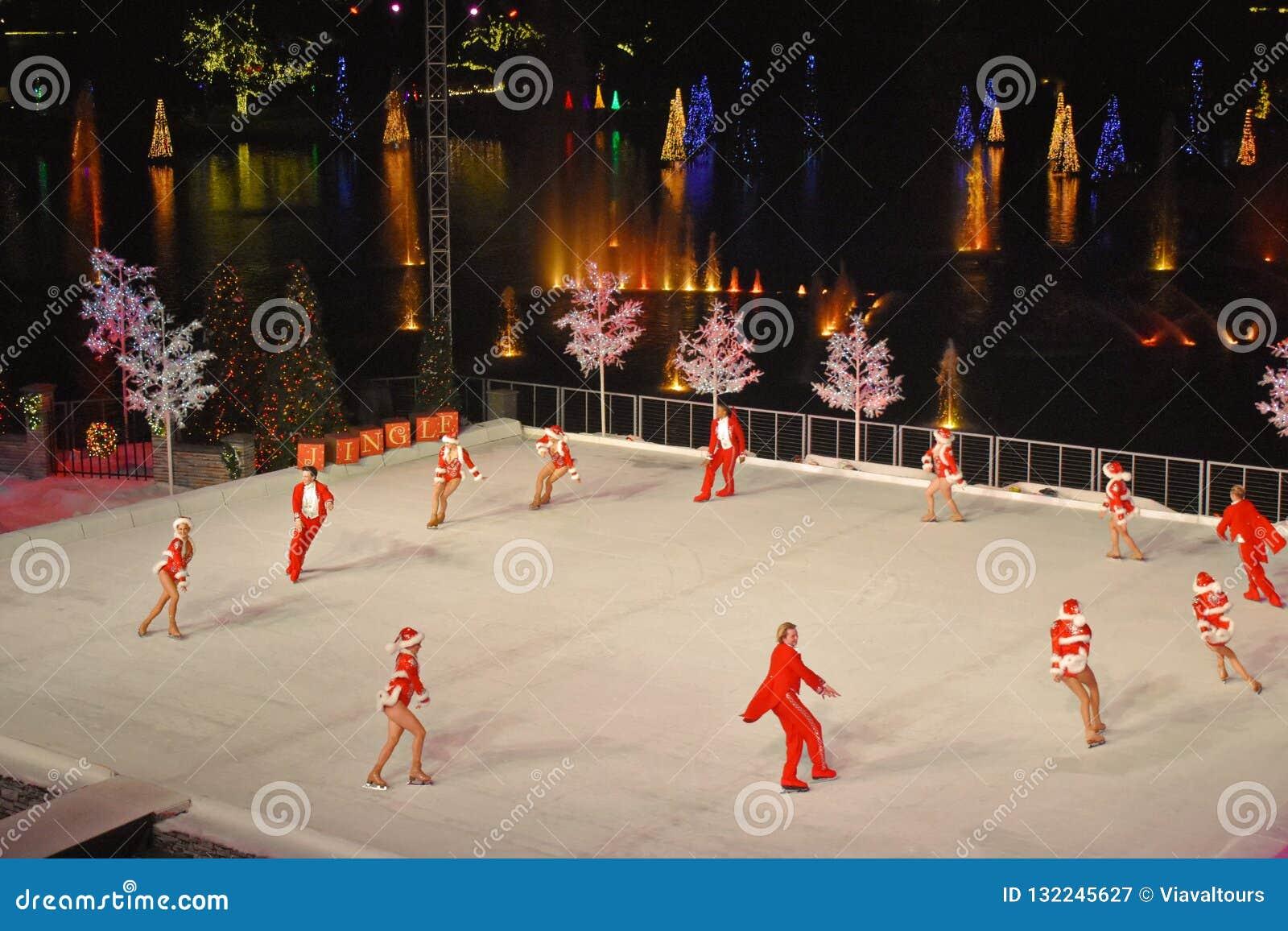 Fotos Profesionales De Navidad.Patinadores Profesionales Que Hacen Una Ronda Durante La