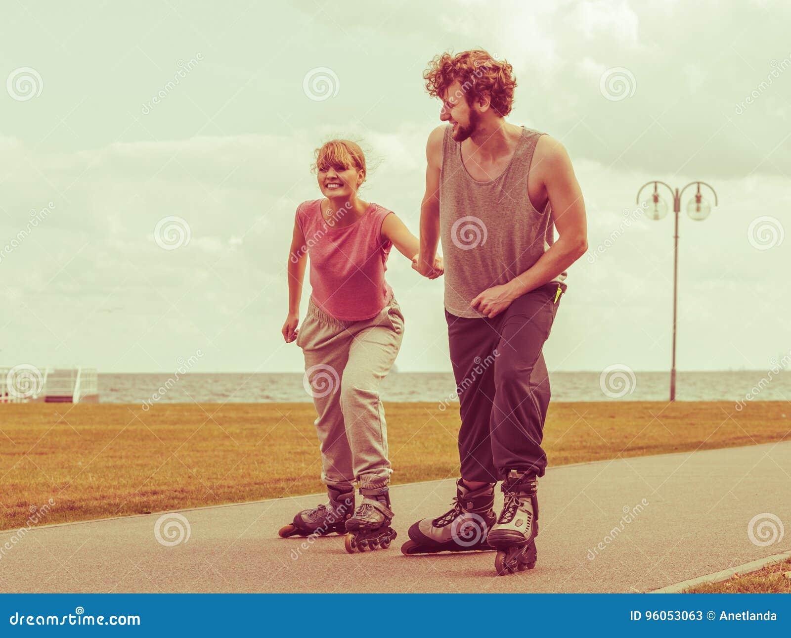 Patinage de couples de patineur de rouleau extérieur