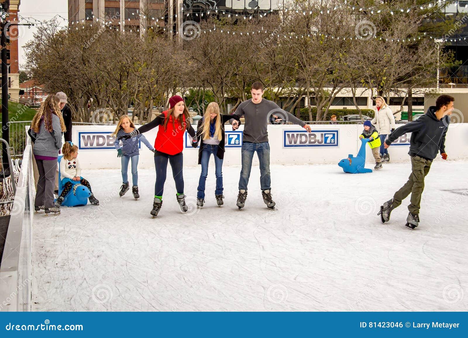 Patinage de glace de personnes photo ditorial image for Patinage exterieur
