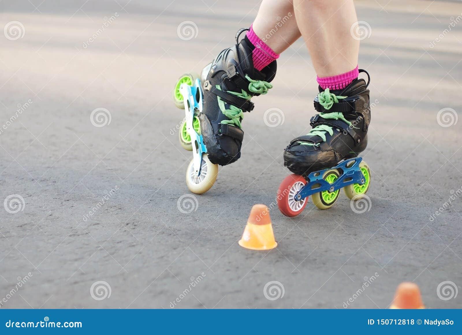 Patinage de rouleau intégré, faisant du roller, slalom jambes de rouleau