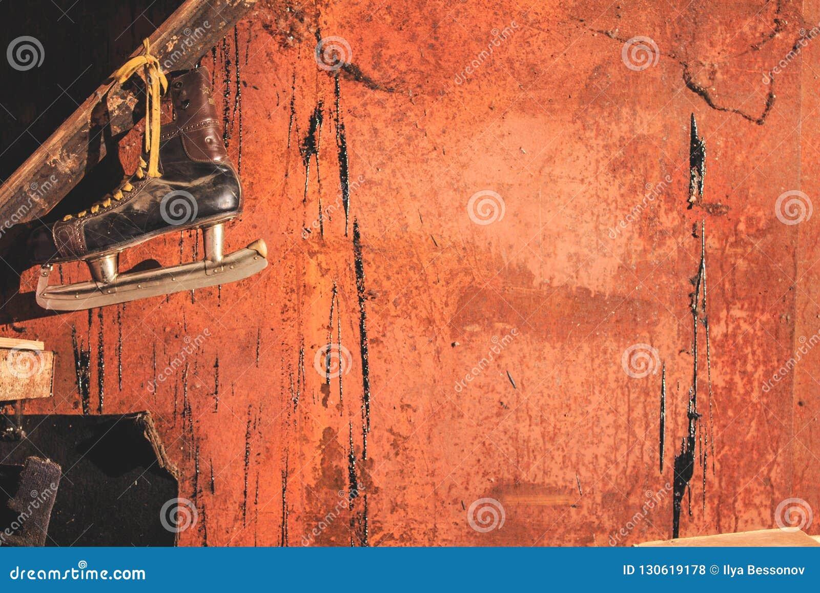 Patins avec une lame pointue dans un garage ensanglanté Veille de la toussaint
