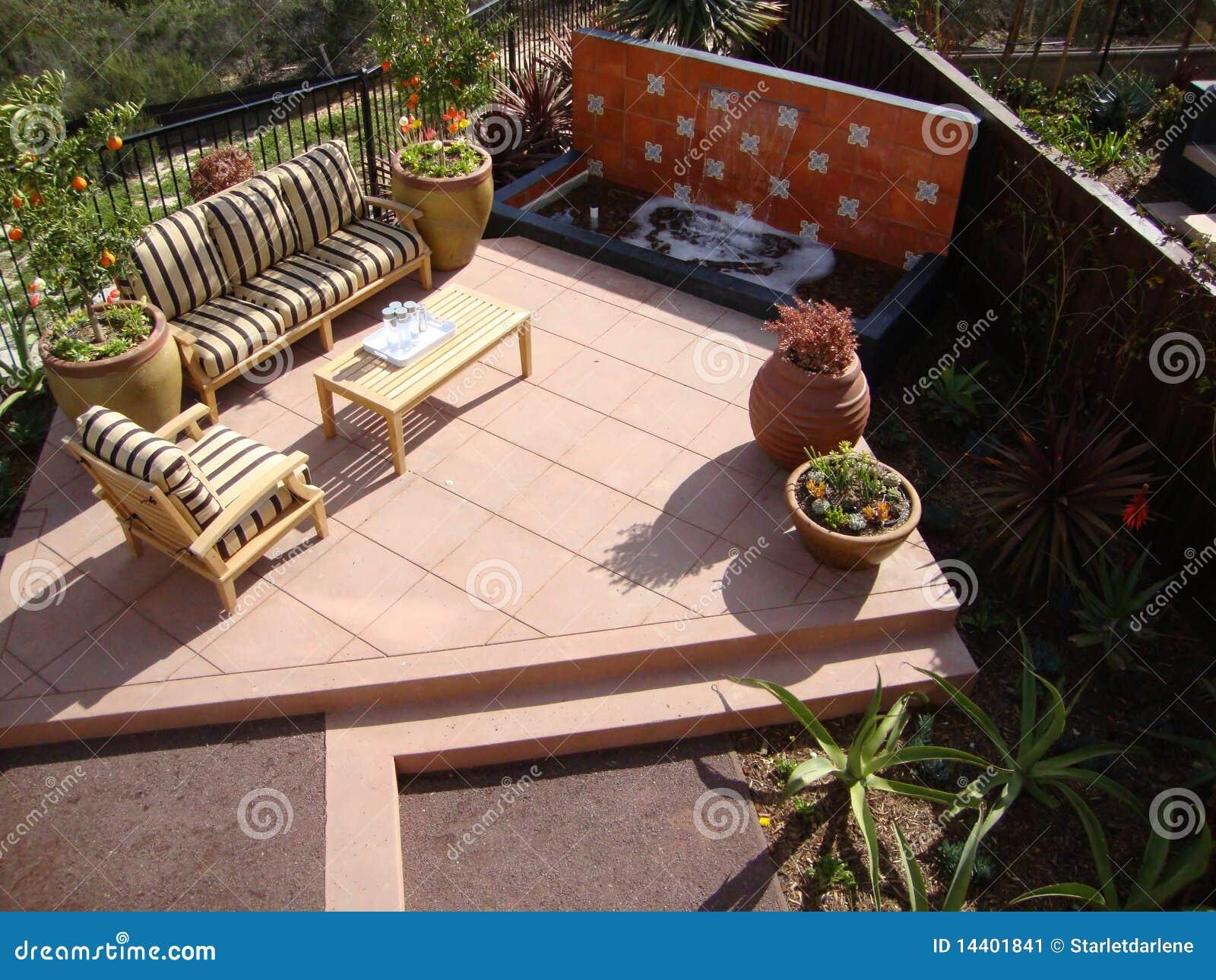 Patio Avec Une Fontaine Deau Image Stock Image Du Bacs Table