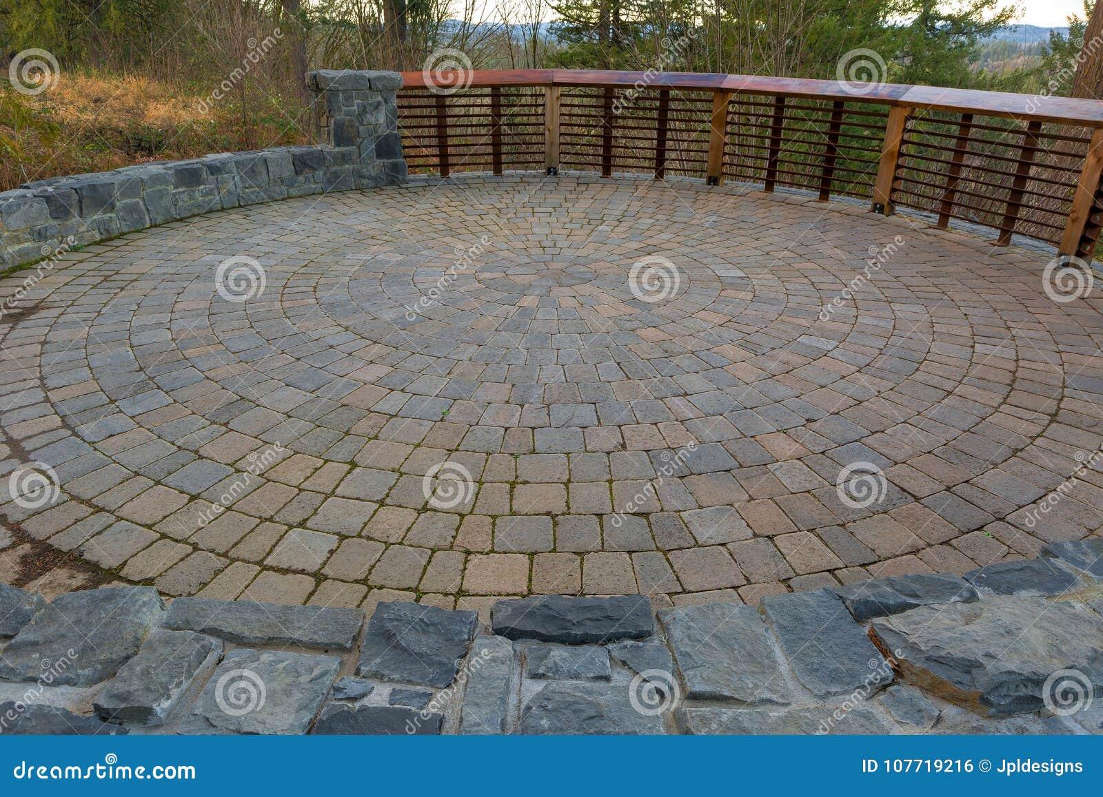 Patio circulaire de machine à paver de brique d arrière-cour de jardin