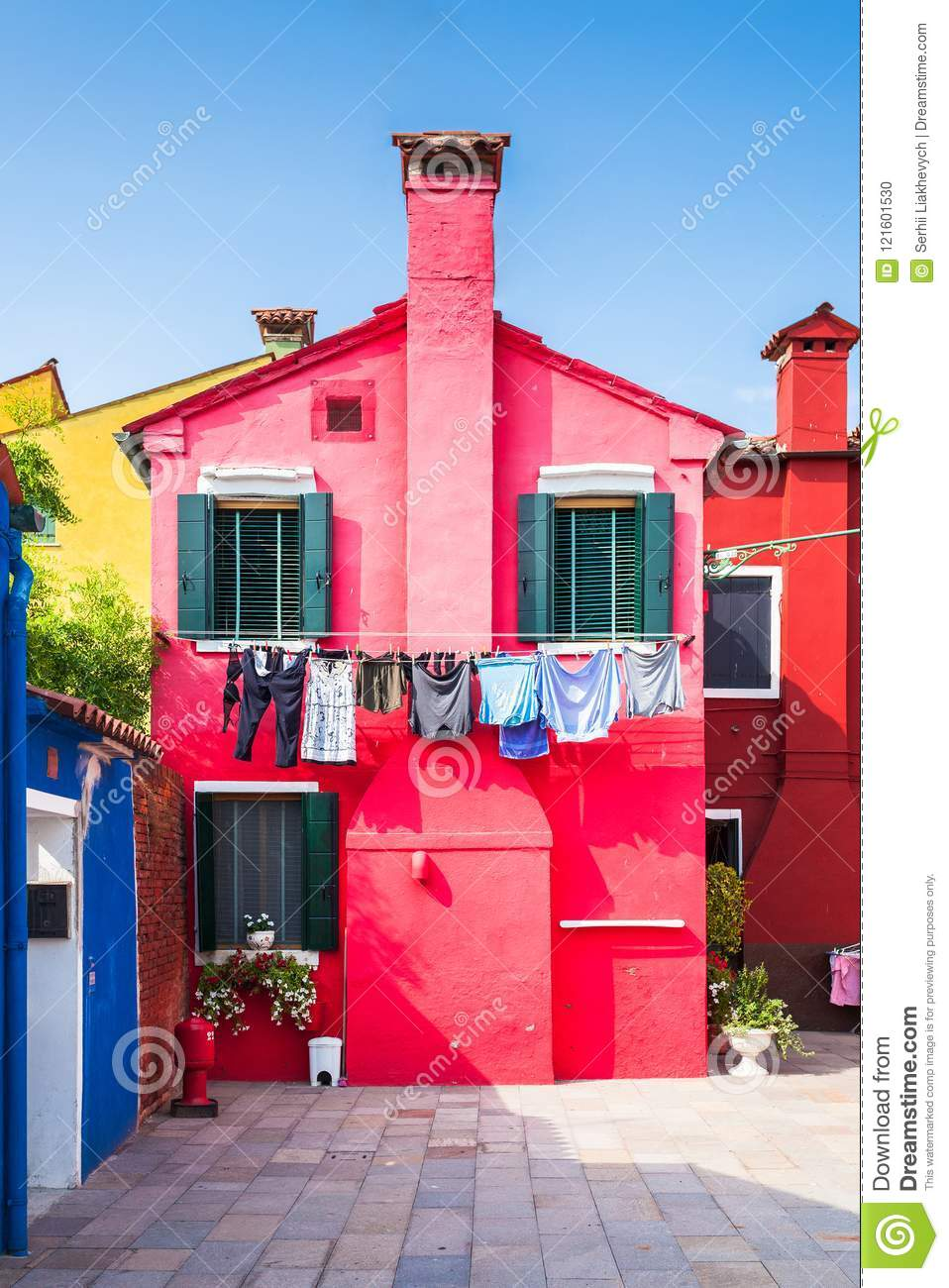 Patio With Colorful Houses On The Island Of Burano, Venice, Italia ...