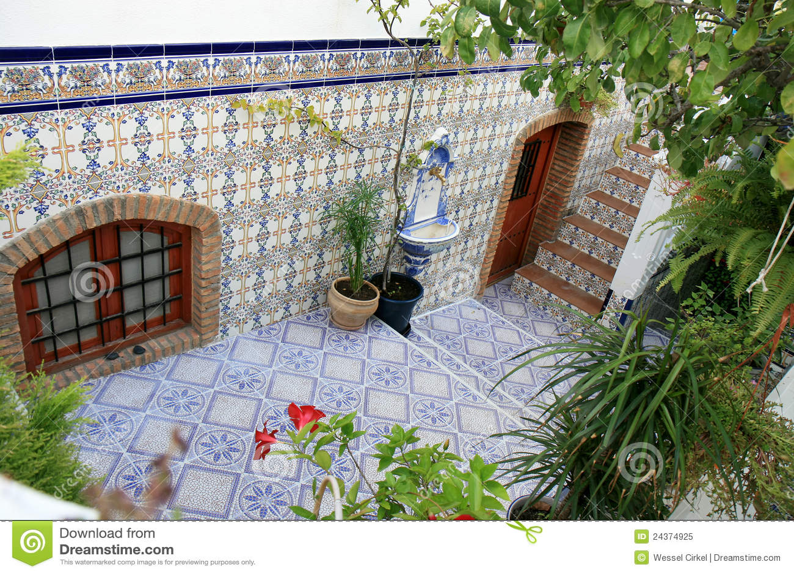 Patio con azulejos espa oles nijar andaluc3ia imagen de for Azulejos patio