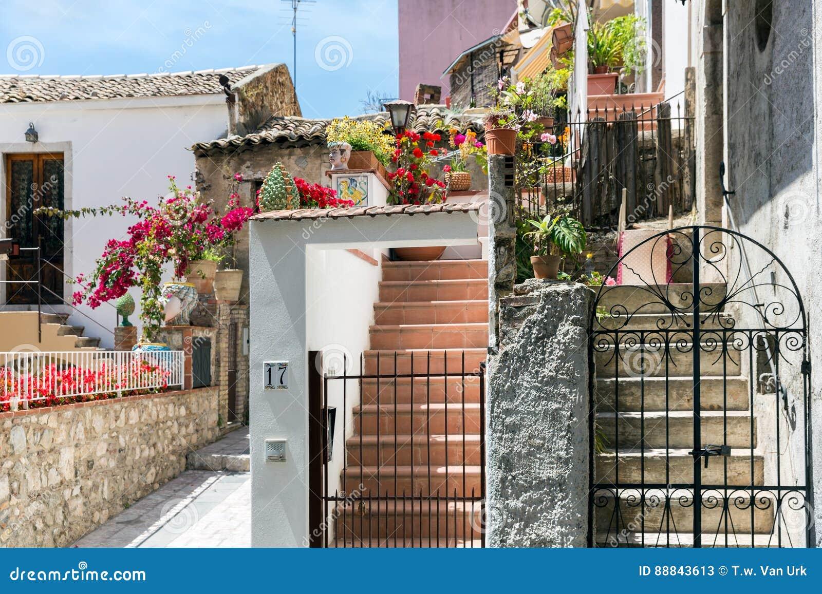 Patio Con Las Escaleras Y Las Plantas En Taormina En La Isla