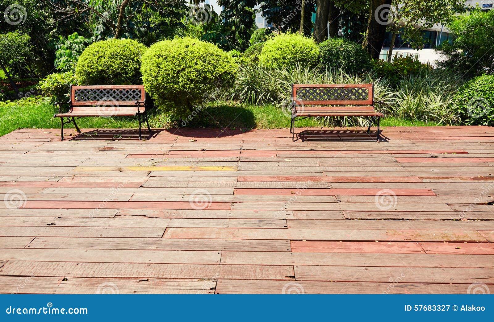 Patio de madera del jard n cubierta de madera al aire for Jardin al aire libre de madera deco