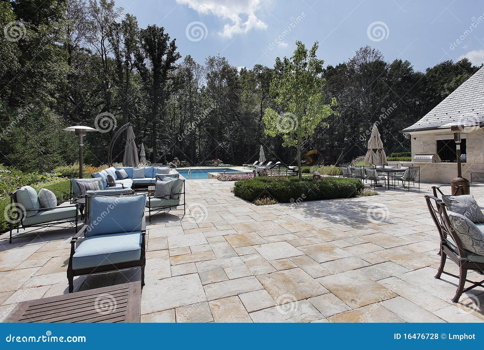 Patio de piedra grande con la piscina fotos de archivo for Patios de piedra