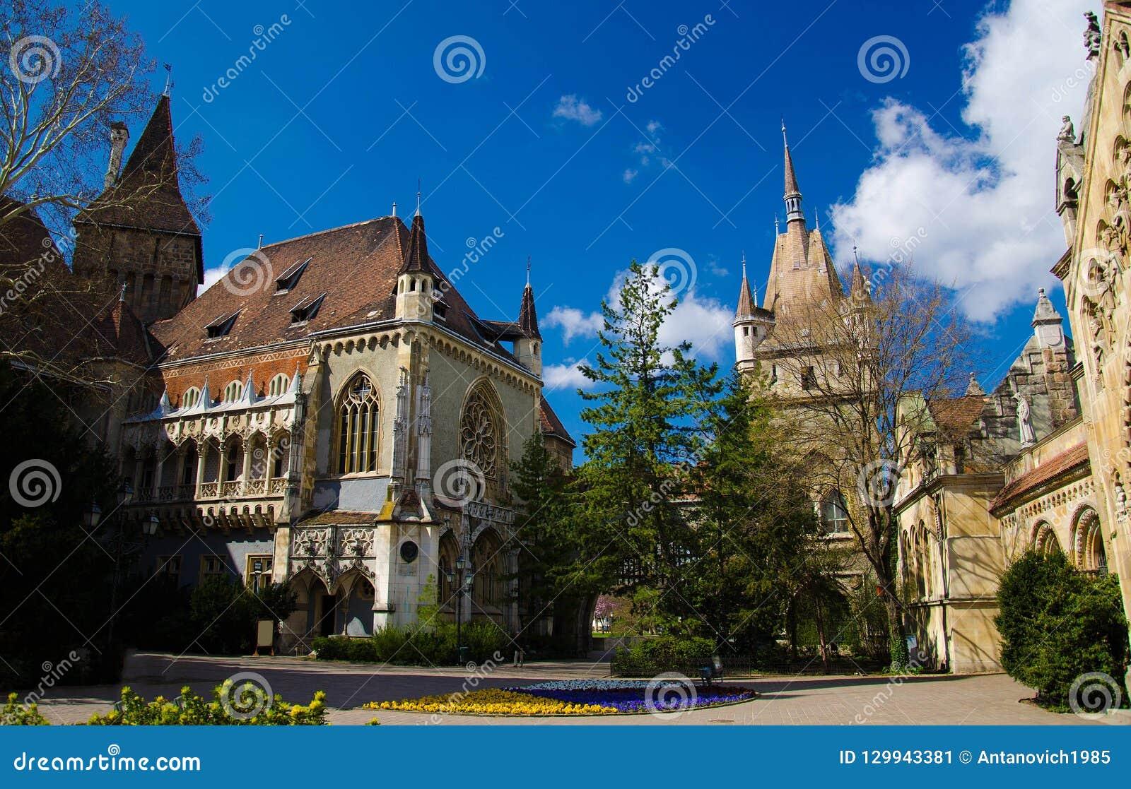 Patio del castillo de Vajdahunyad en el parque de la ciudad, Budapest, Hungría
