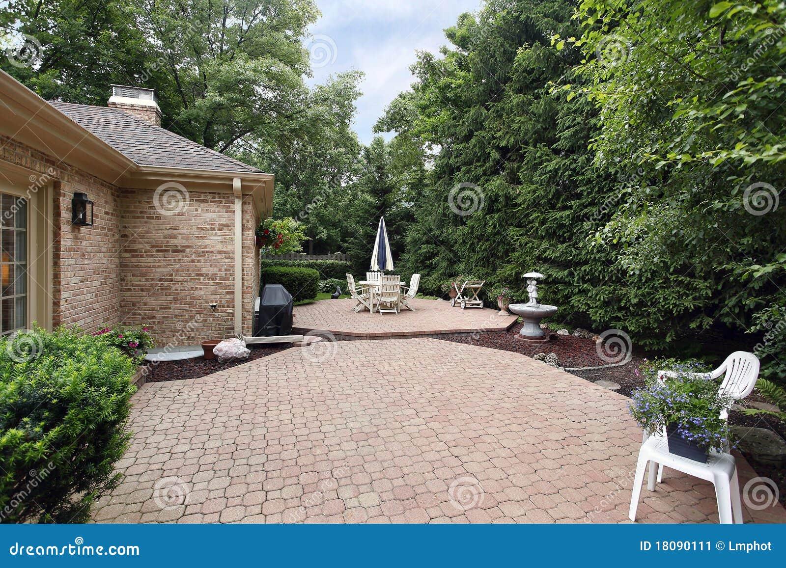 Patio del mattone con il giardino di roccia