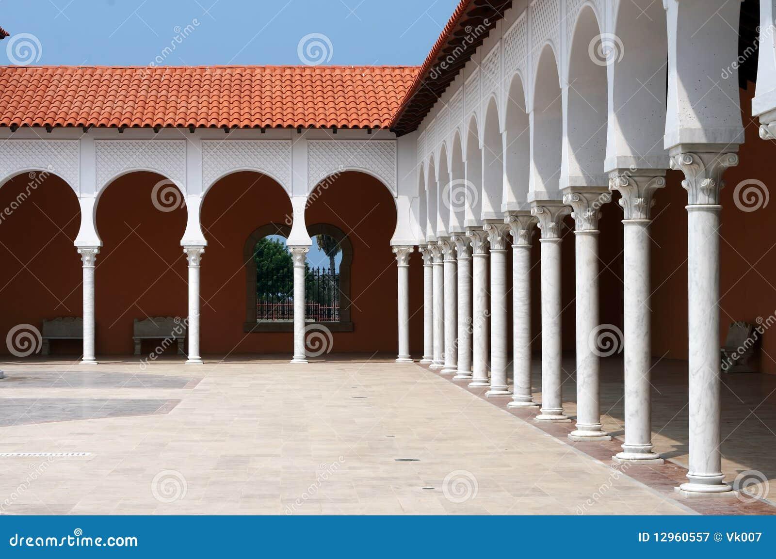 Patio della costruzione moderna nello stile spagnolo for Planimetrie della casa in stile spagnolo