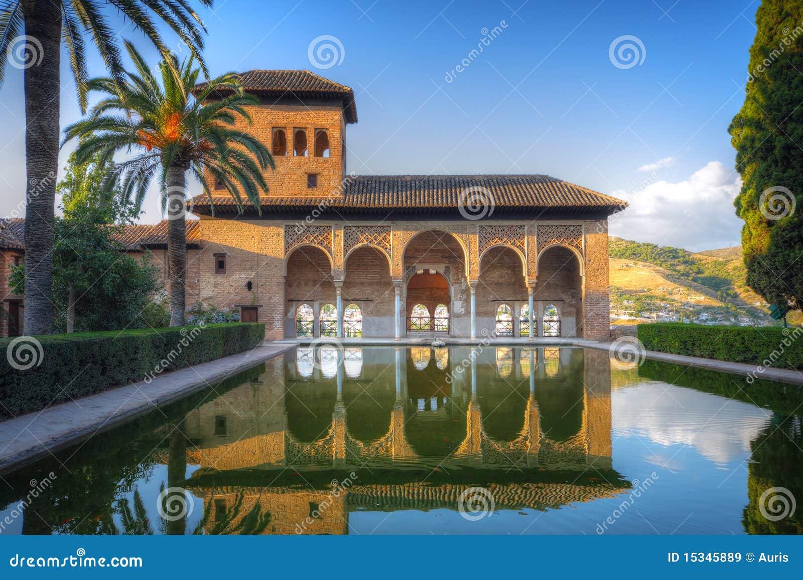 Patio di Alhambra con il raggruppamento