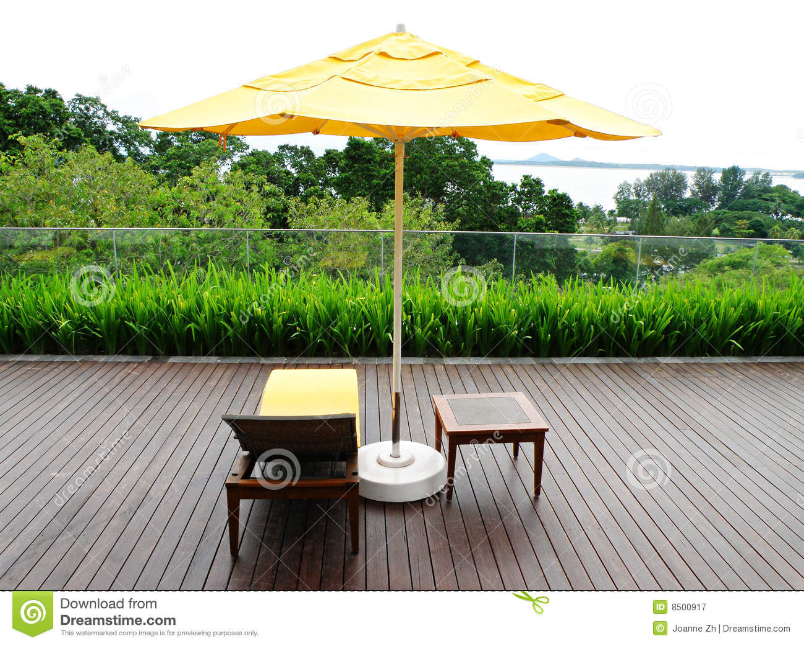 Patio di legno e mobilia esterna immagine stock immagine for Mobilia outdoor furniture
