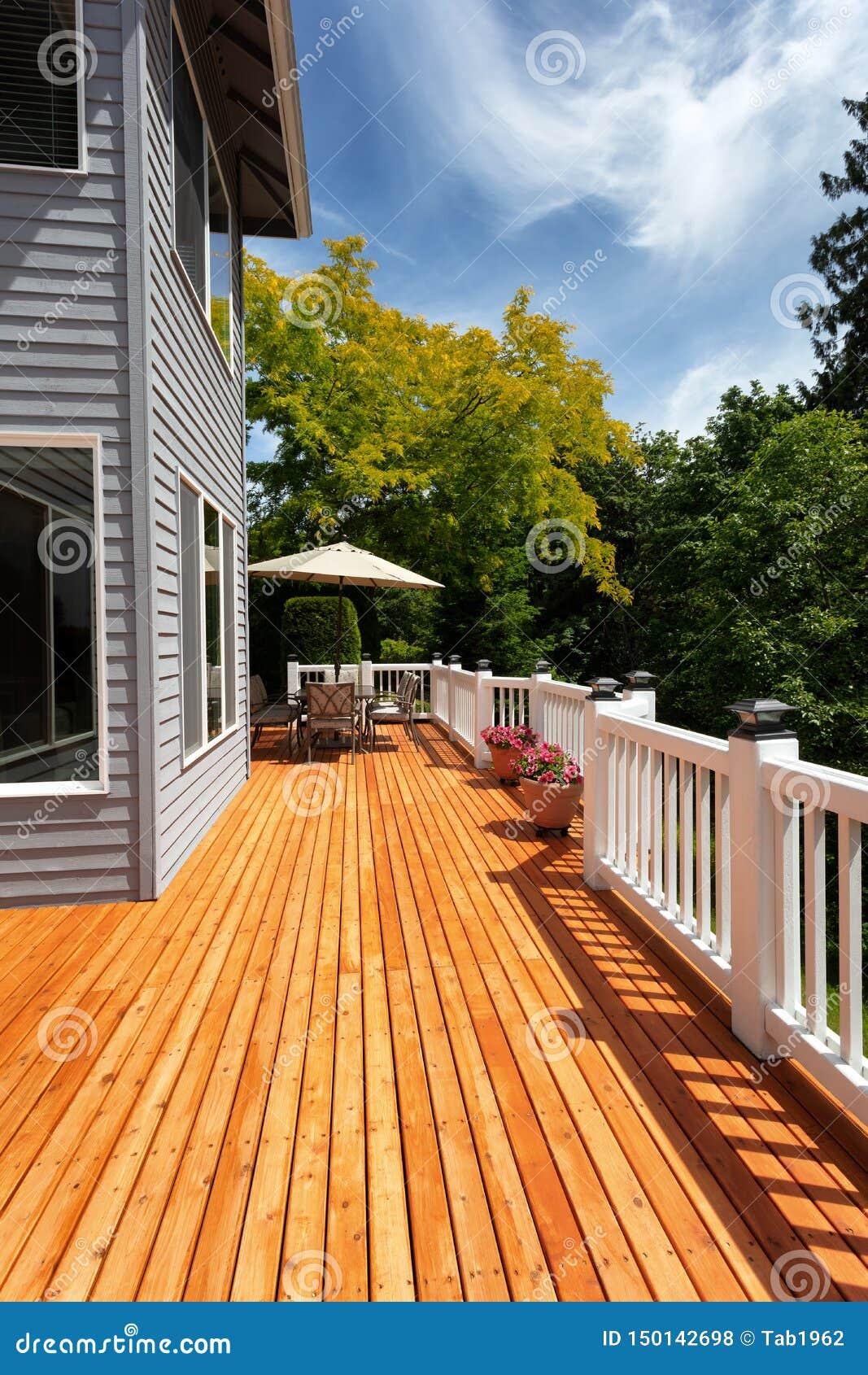 Patio en bois extérieur tout neuf de cèdre rouge par le beau temps