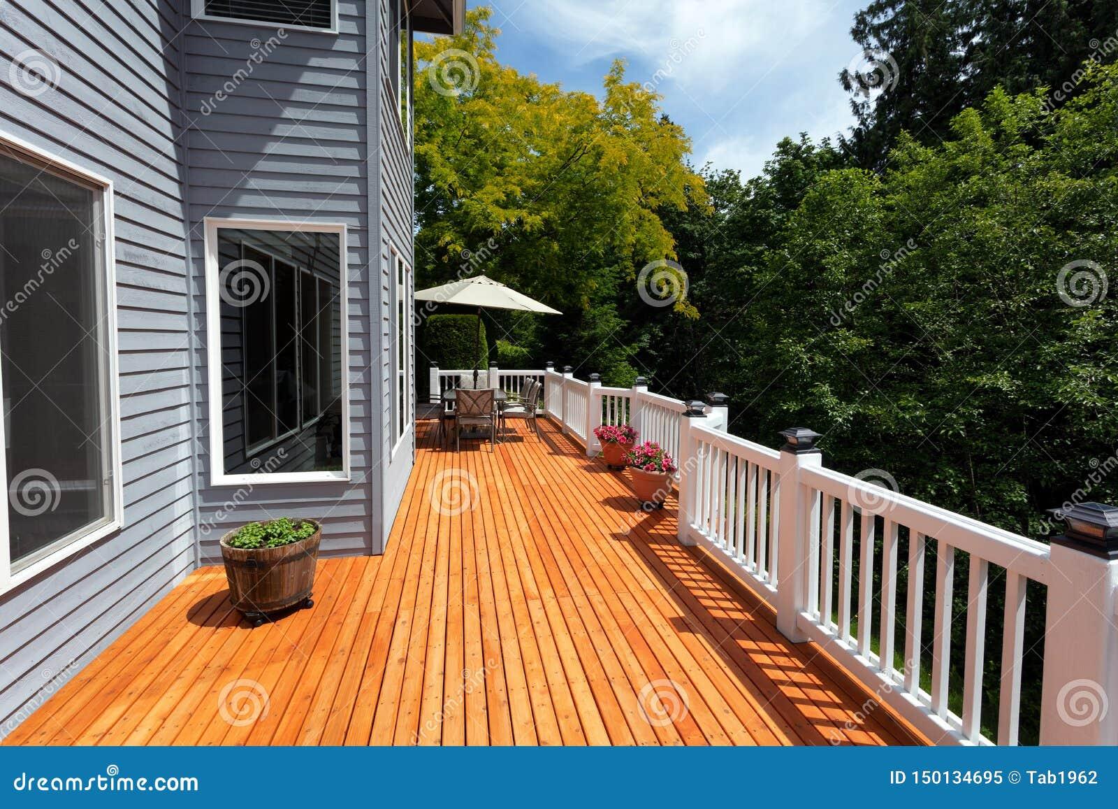 Patio en bois extérieur tout neuf de cèdre rouge pendant le beau jour
