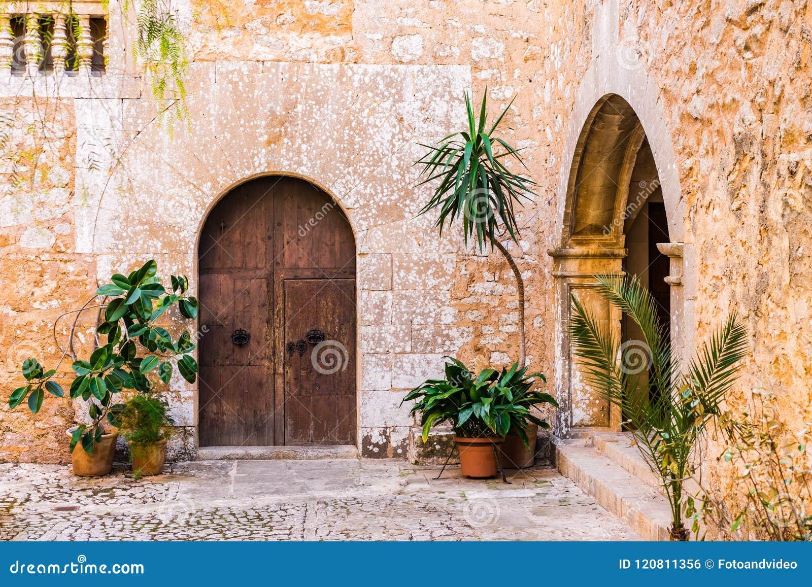 Patio Espanol Tipico Del Chalet Viejo Rustico De La Mansion Foto De