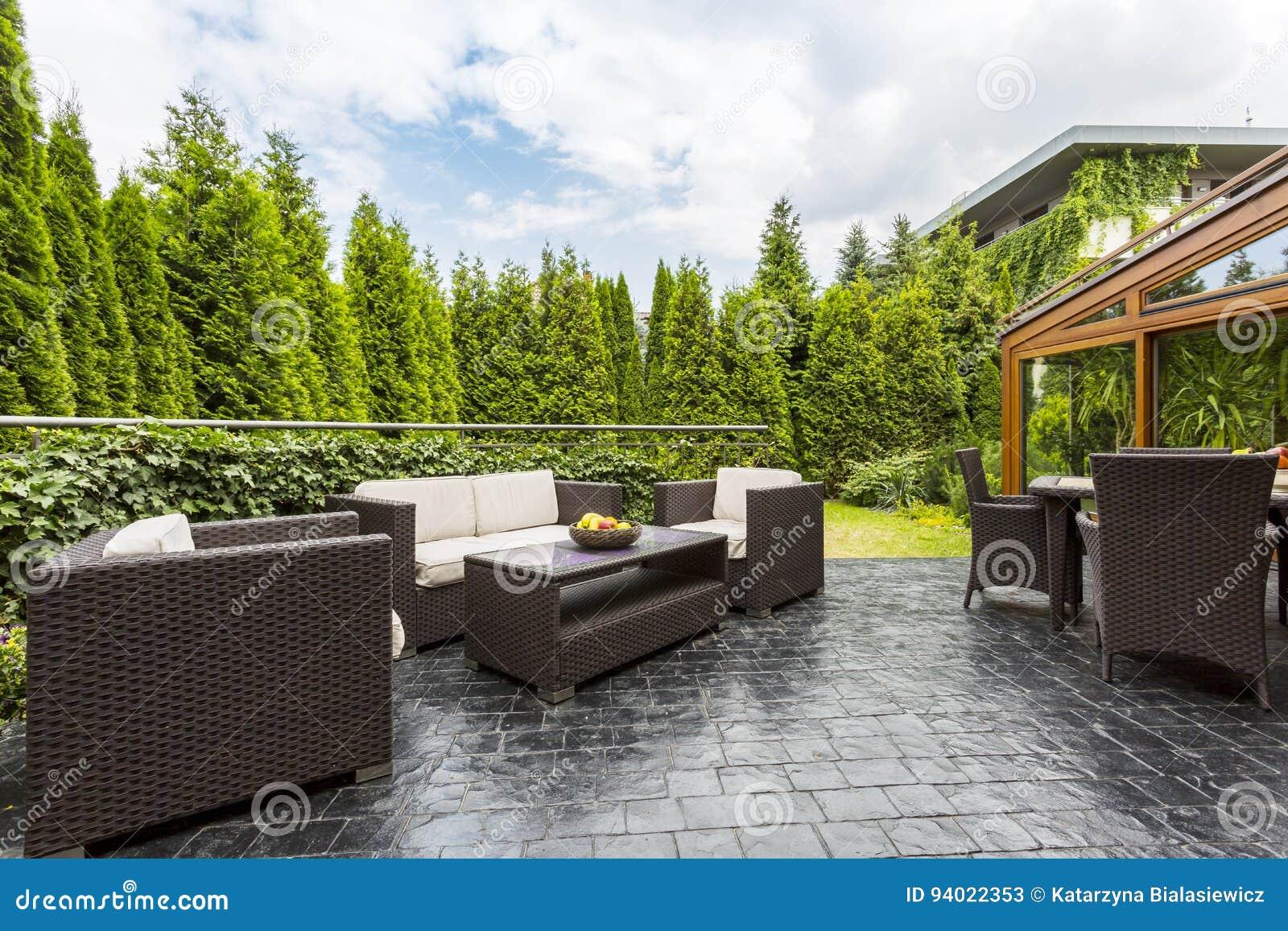 Patio Grande De La Terraza Con Muebles Del Jardín Imagen De