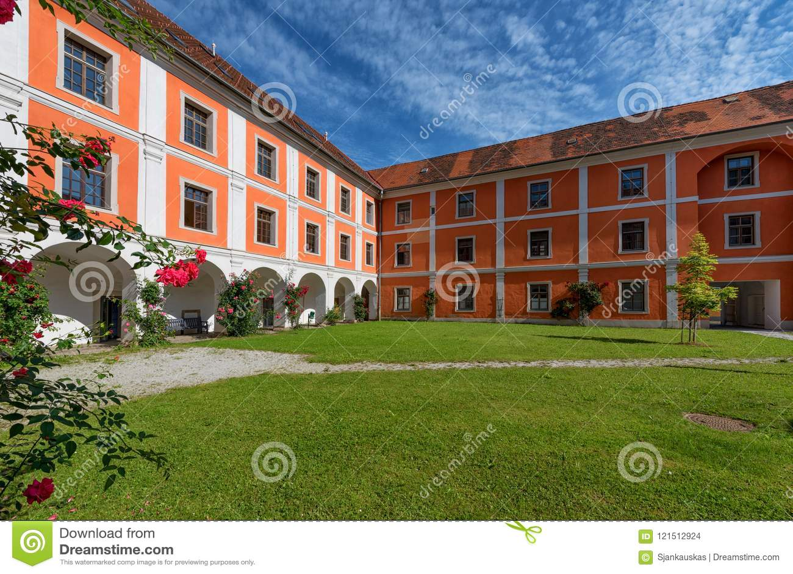 Patio interno del monasterio de la jesuita en Judenburg, Austria