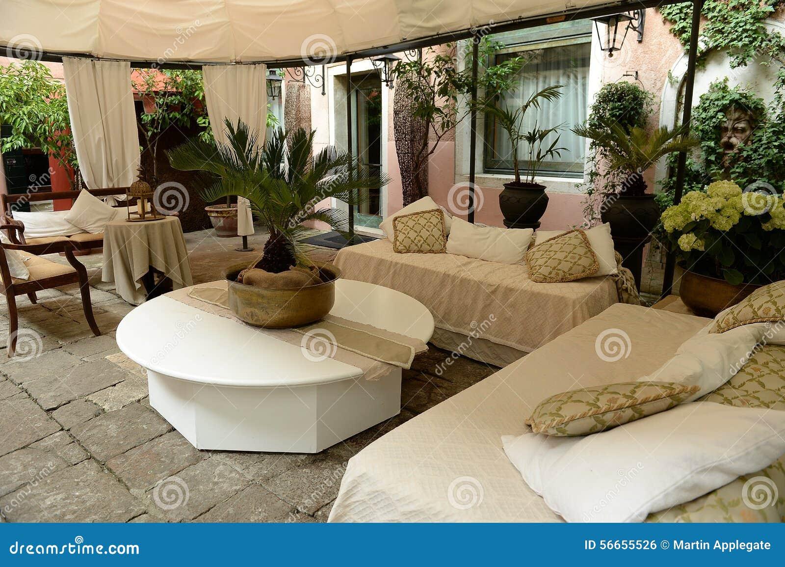 Patio italiano coperto all 39 aperto elegante fotografia for Layout di patio all aperto
