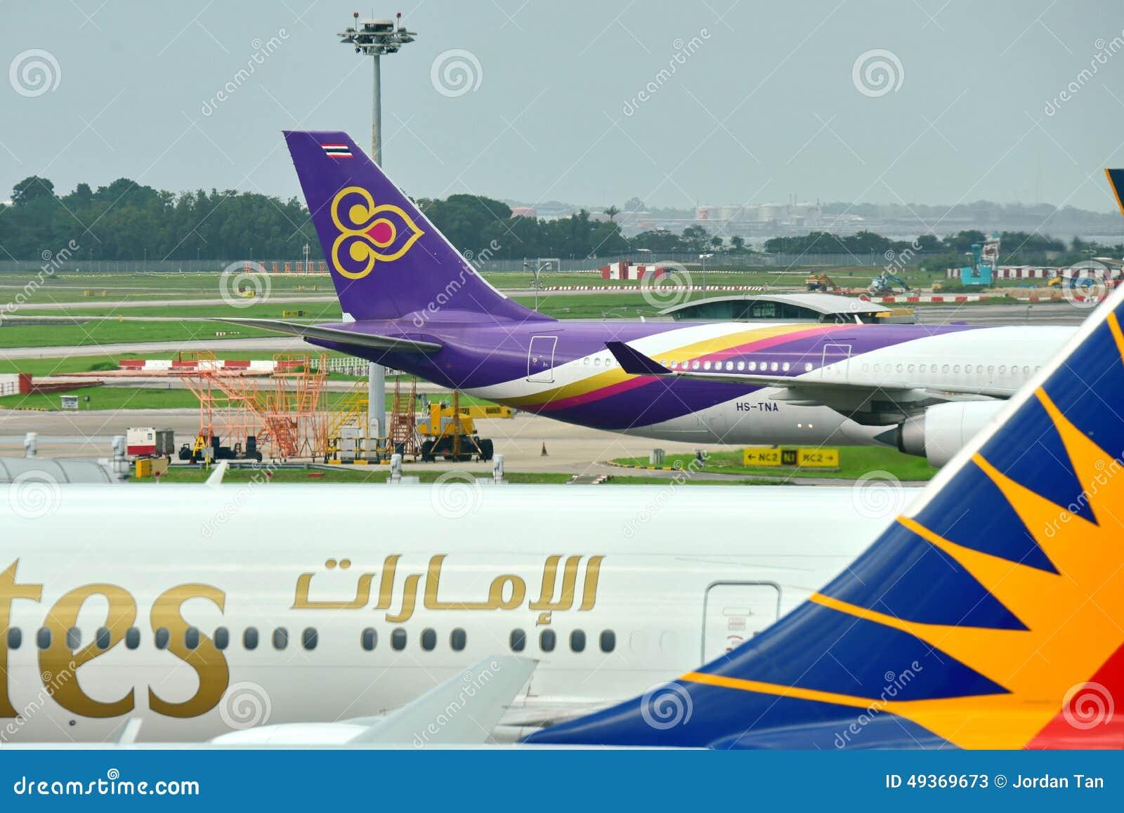 Patio-jet de Thai Airways Airbus A340-600 que lleva en taxi en el aeropuerto de Changi