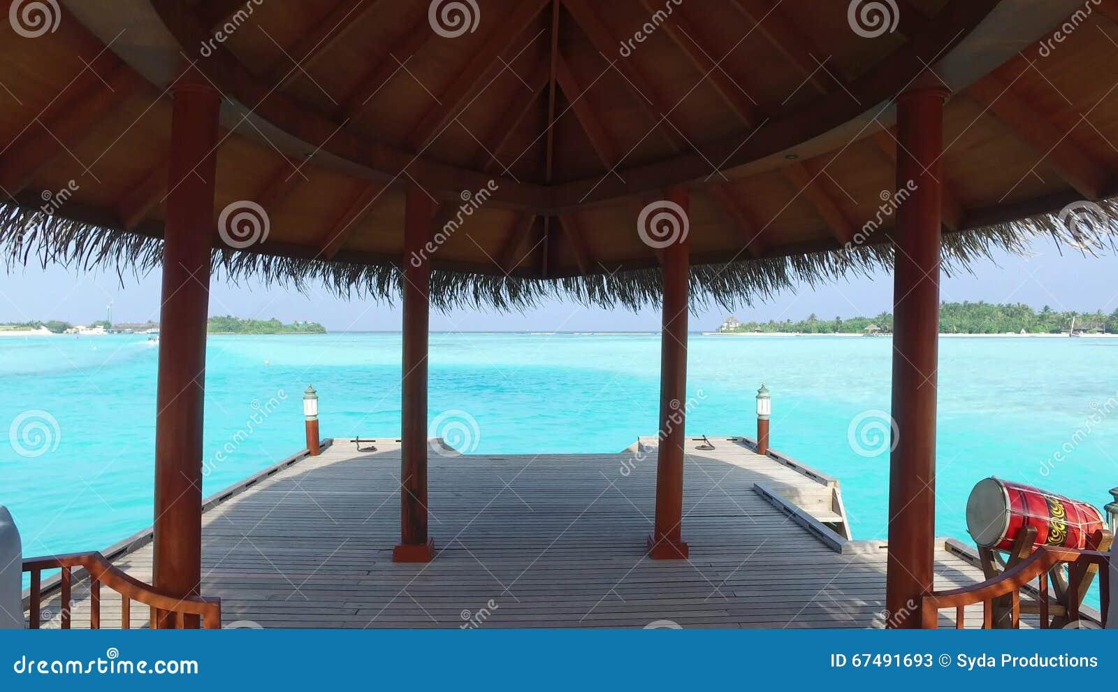patio o terraza con el toldo en orilla de mar de la playa metrajes