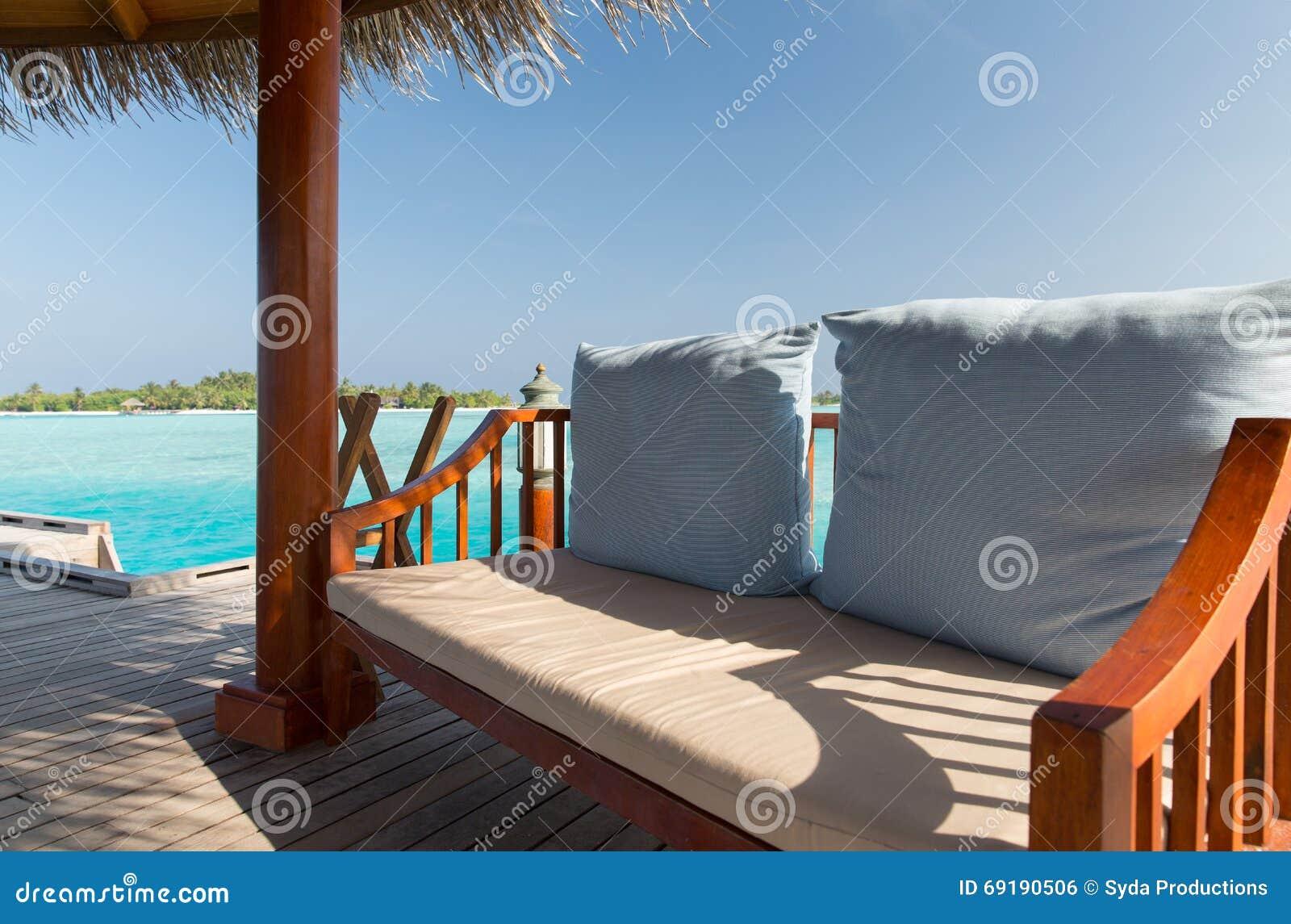 patio ou terrasse avec l'auvent et banc sur la plage photo stock