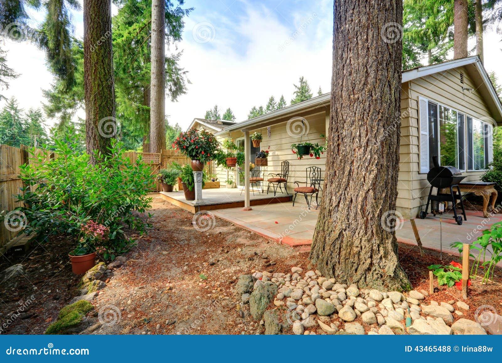 Patio trasero de la casa del campo con las macetas foto de for Casa del merluzzo del capo con portico