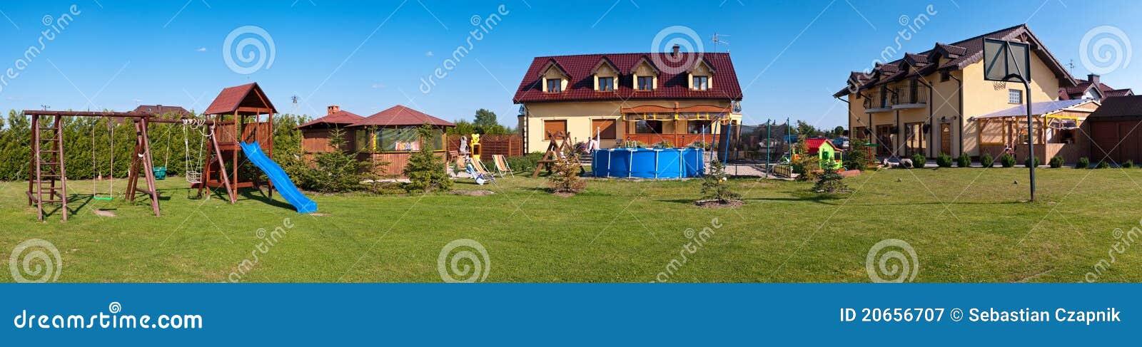 Patio trasero de una casa grande