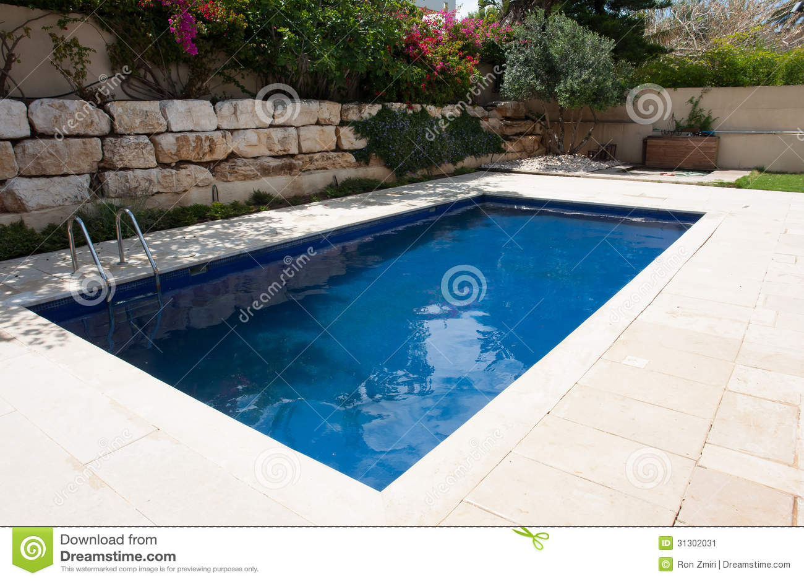 Patio trasero moderno con la piscina imagen de archivo for Patios modernos con piscina