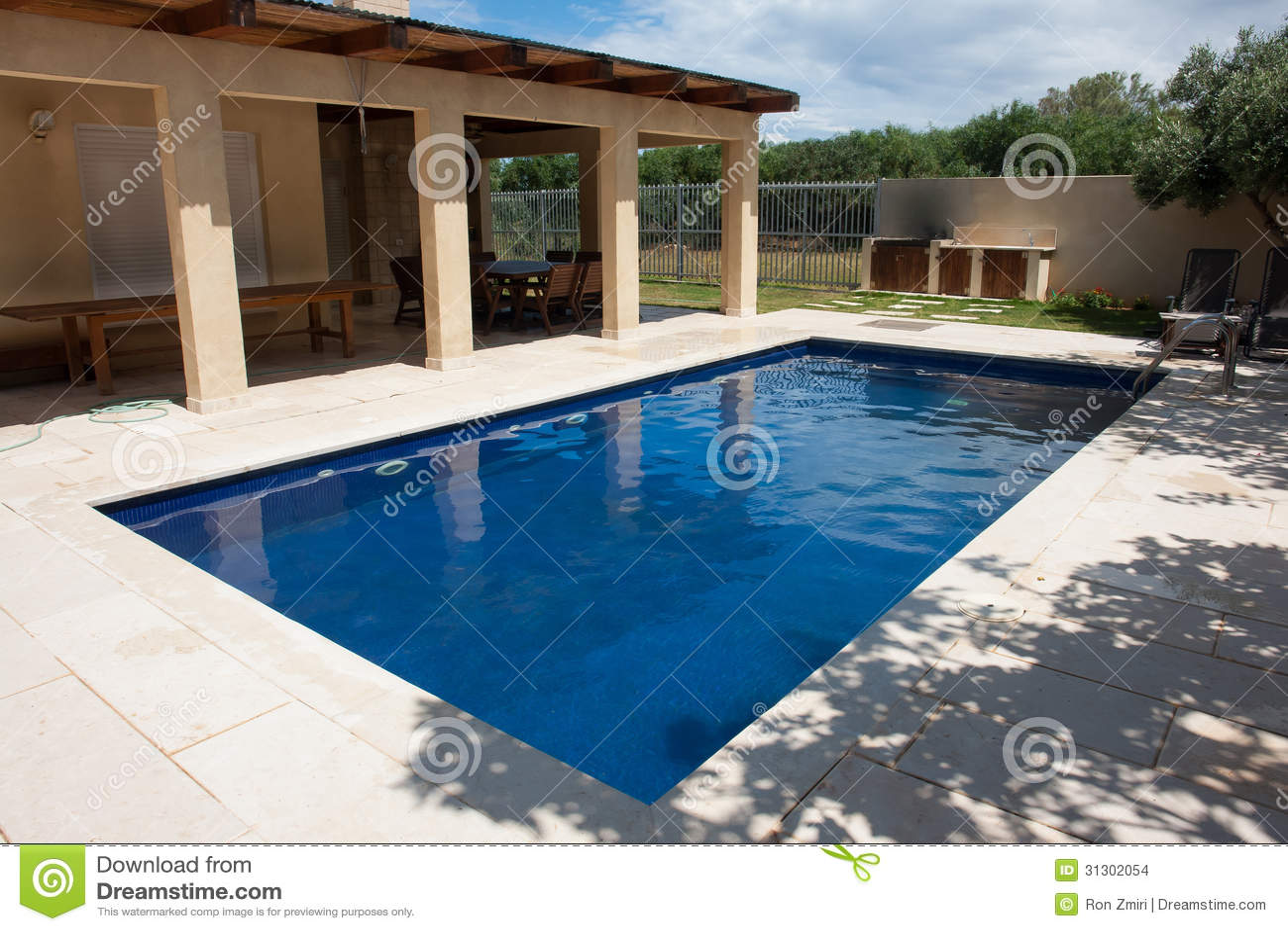 Patio trasero moderno con la piscina imagenes de archivo for Patios con piscinas desmontables
