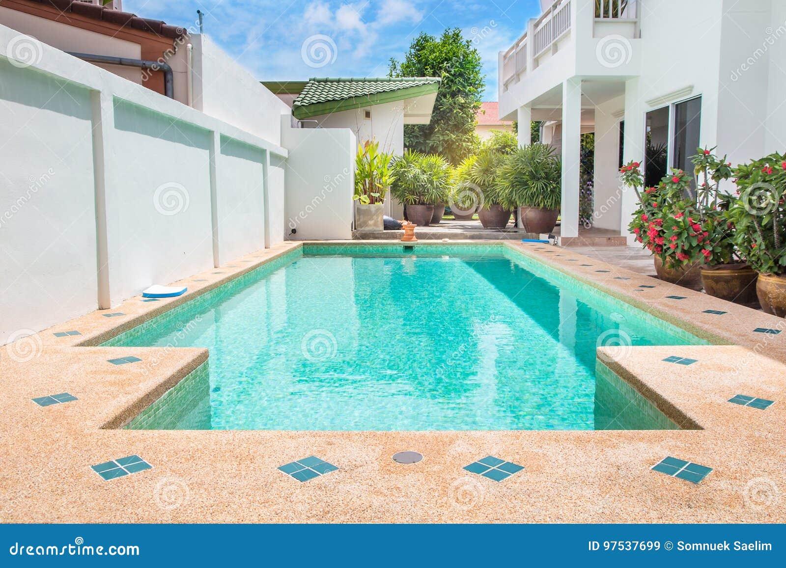 Patio trasero moderno de una piscina con la casa