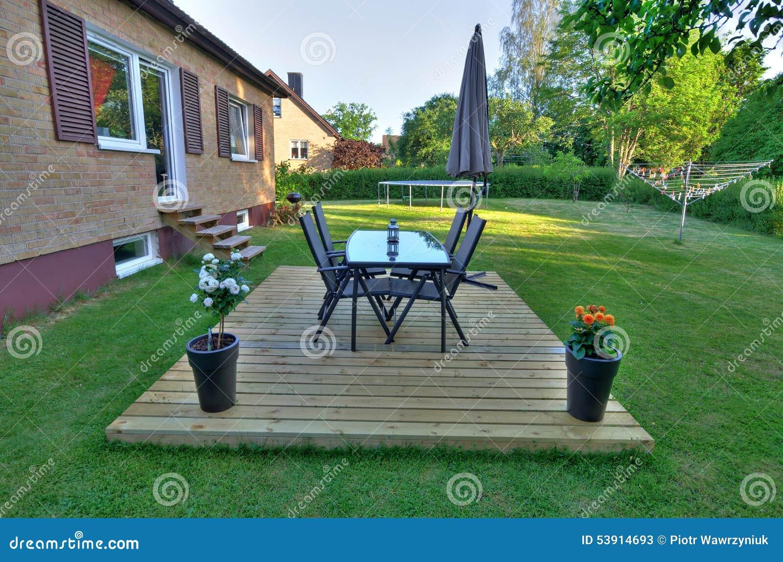 Patio Trasero Moderno Del Chalet Con Muebles Del Jardín Imagen De