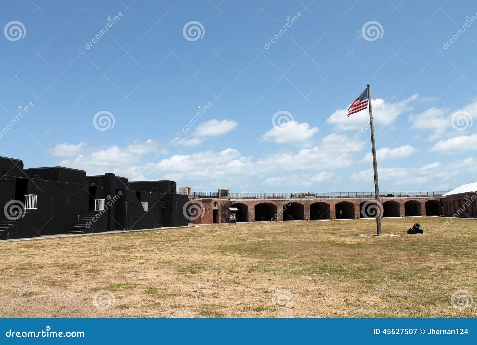 Patio y bandera de taylor del fuerte