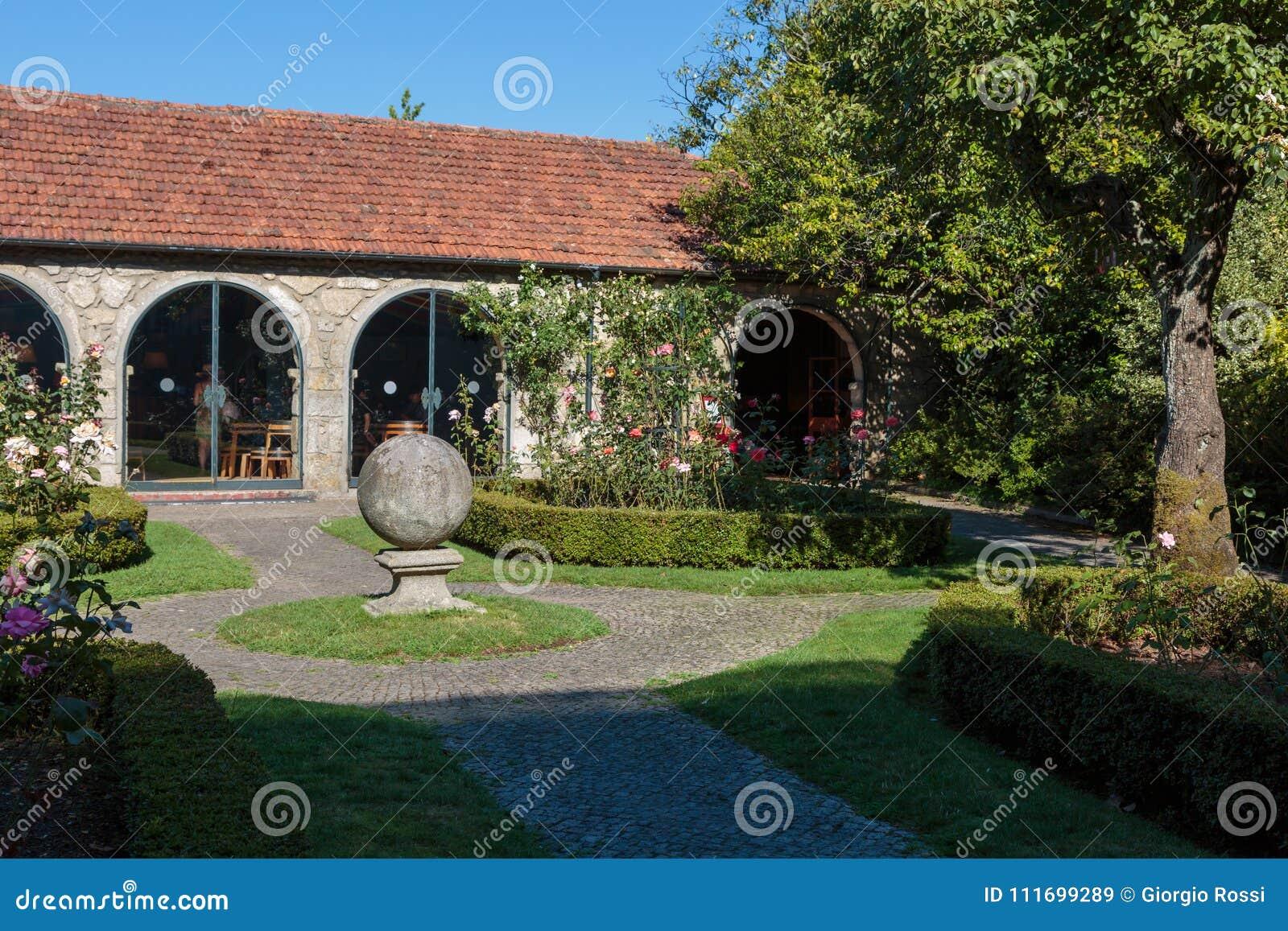 hermosos diseños de patio con jardín Patio Y Jardn Hermosos Con Flores Un Rbol Y Una Casa De
