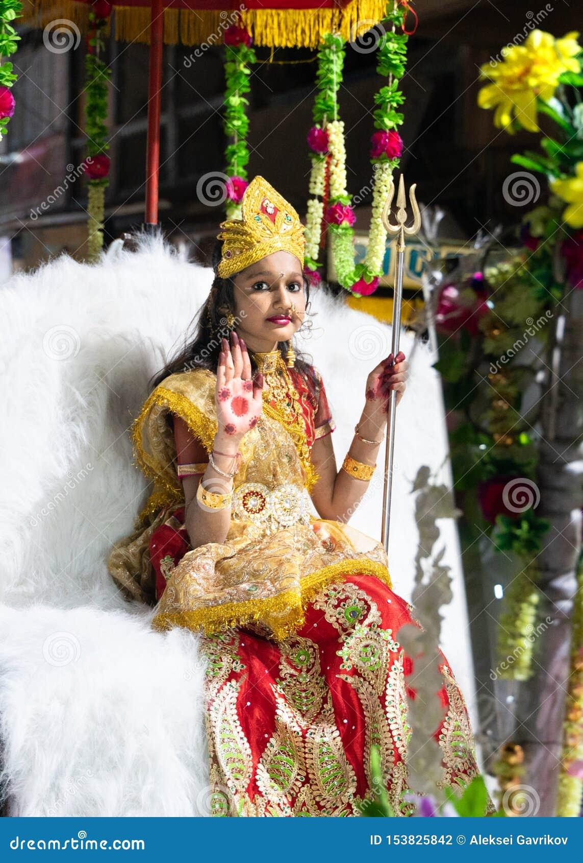 Patna/India-10 02 2019: A menina bonito nova que toma uma parte no festival hindu