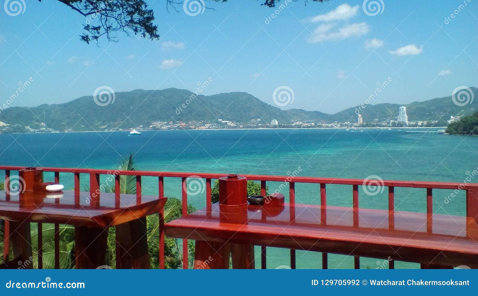 Patong strandsikt på västkusten av den Phuket ön, Thailand