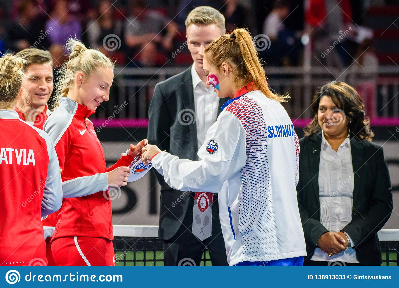 Patricija Spaka e Anna Karolina Schmiedlova antes do jogo